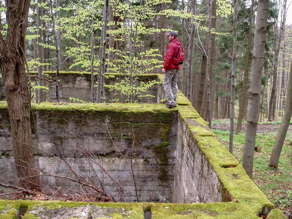 Pozostałości po zabudowaniach z czasów II WŚ, góra Soboń. 2008 r.