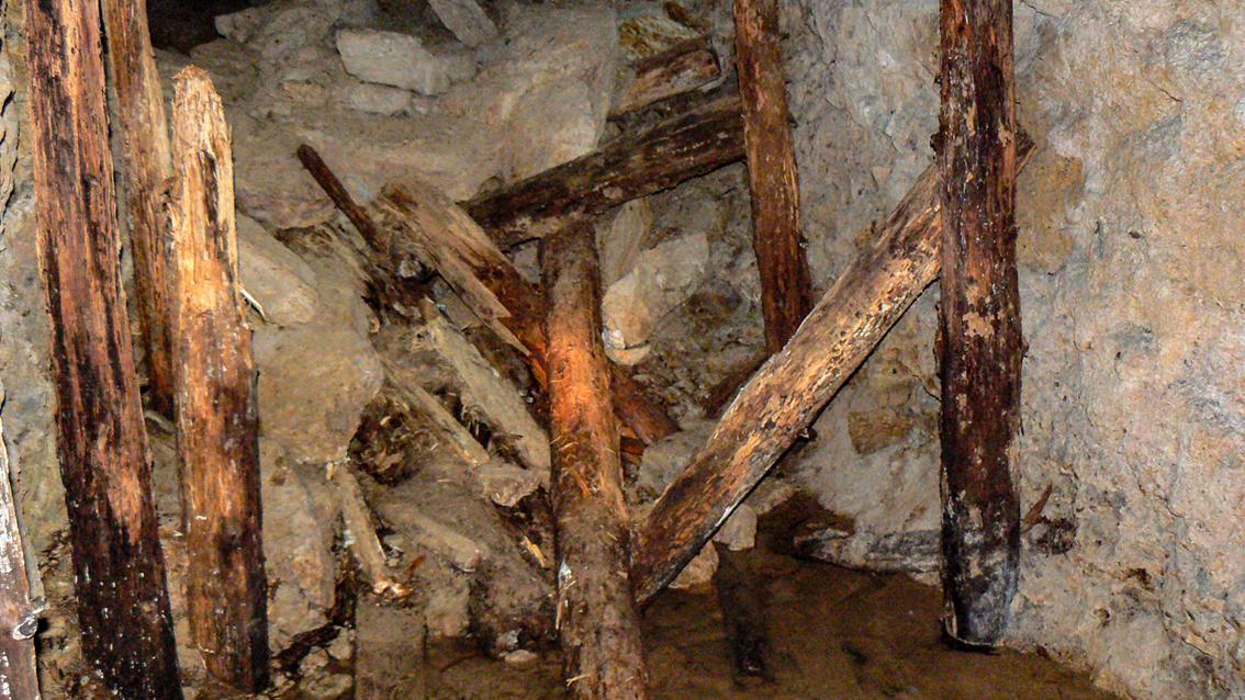 Zawał i pozostałości drewnianych stempli.