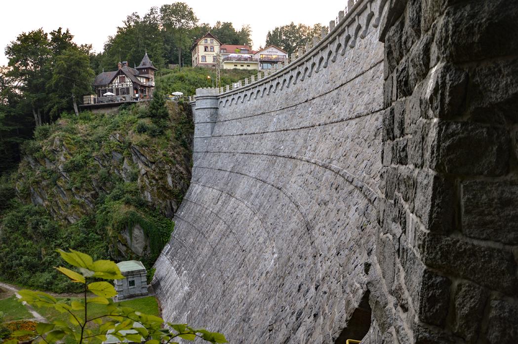 Zapora wodna w Leśnej w pobliżu zamku Czocha