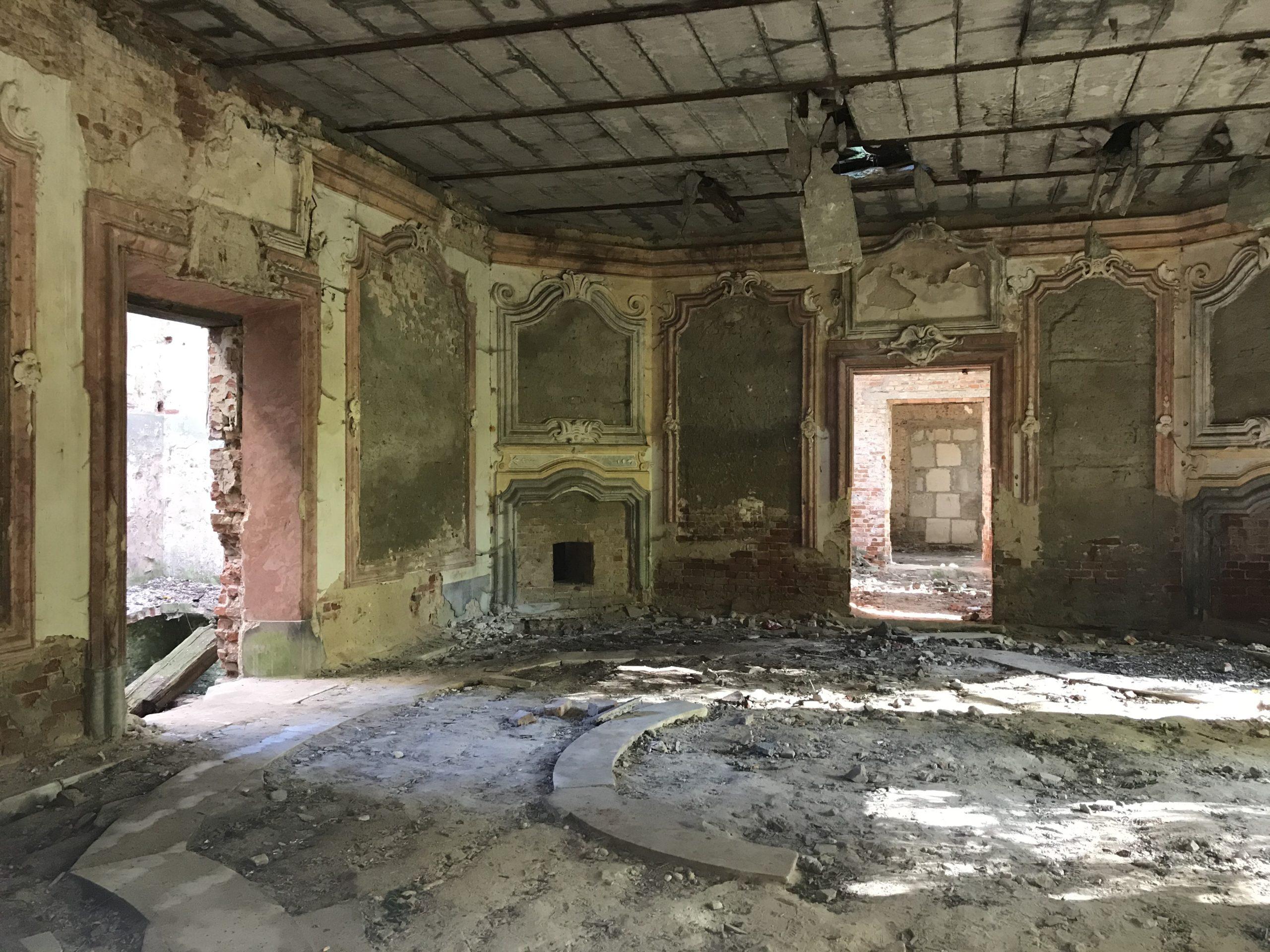 Wnętrza pałacu w Brzezince. Październik 2019 r.