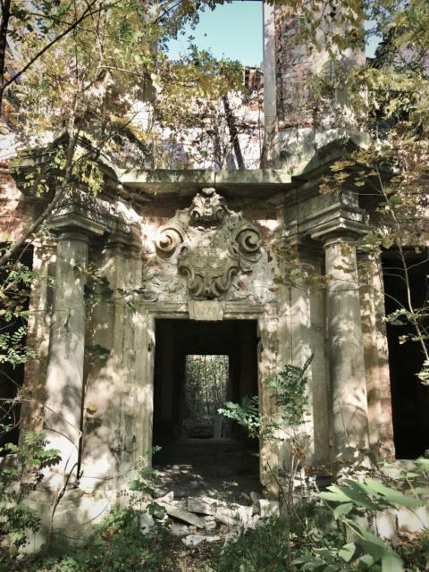 Pałac w Brzezince - wyjście do parku z widocznym nad drzwiami kartuszem. Październik 2019 r.